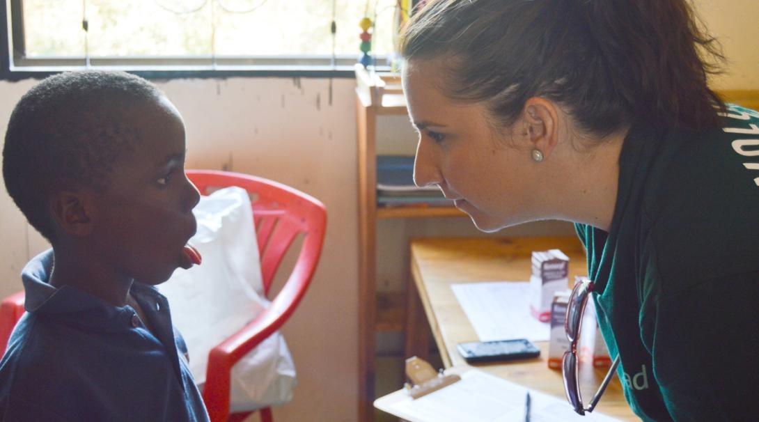タンザニアで作業療法を学ぶインターンと現地の患者